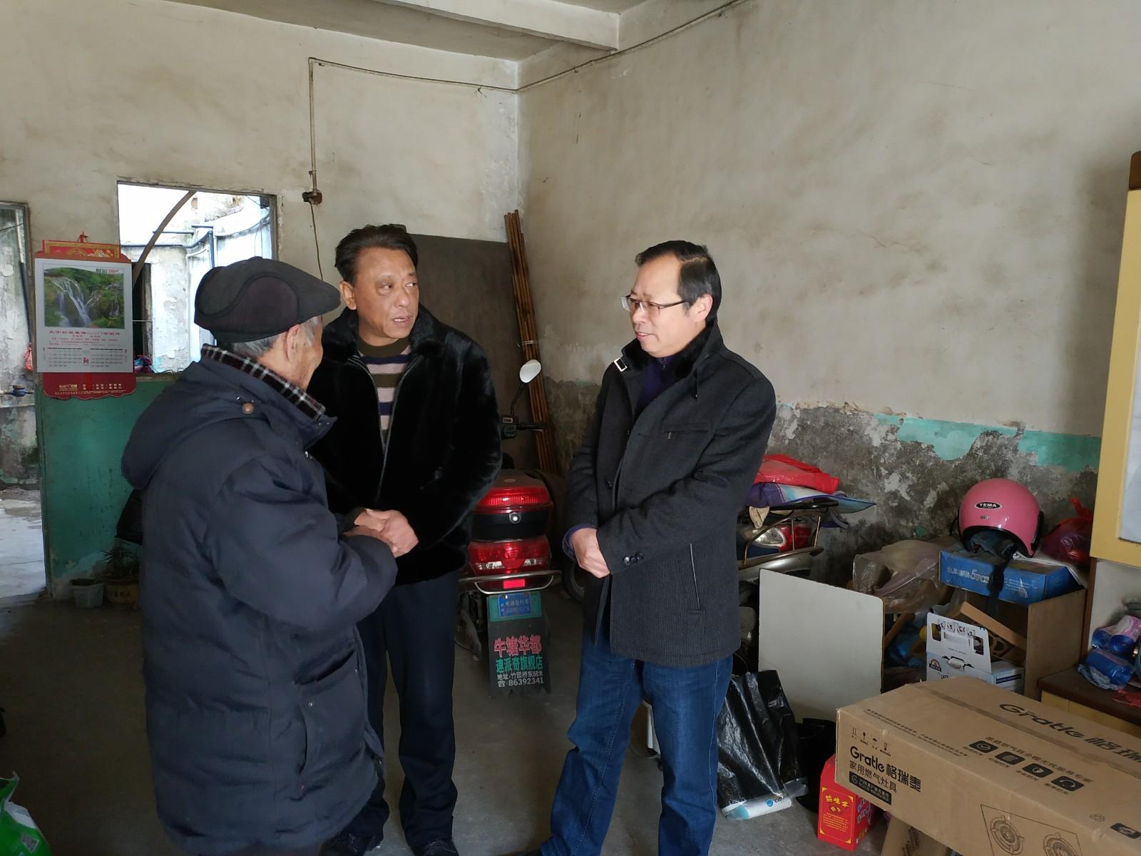与党史工委支部一起走访慰问马家巷社区贫困户